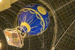 Decoratie van GOMwandelgalerij tijdens de wintervakantie de nieuwe ballon van de jaarlucht met Kerstmisgiften in een mand die in  stock afbeeldingen