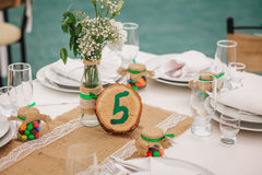 Decoratie van hout en wildflowers worden op de feestelijke lijst wordt gediend gemaakt die De dag van het huwelijk Royalty-vrije Stock Afbeelding
