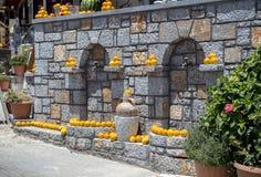 Decoratie van sinaasappelen op de muur Stock Foto