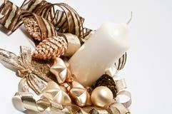 Decoratie voor Kerstmis in bruin en gouden Stock Foto's