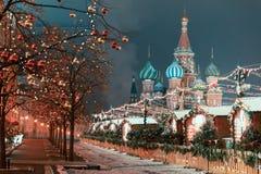 Decoratie voor Nieuwjaar en vakantie De Kerstmisballen op boom vertakt zich dichtbij aan St Basilicum` s Kathedraal op Rood vierk Stock Afbeeldingen