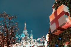Decoratie voor Nieuwjaar en vakantie De Kerstmisballen op boom vertakt zich dichtbij aan St Basilicum` s Kathedraal op Rood vierk Royalty-vrije Stock Afbeeldingen