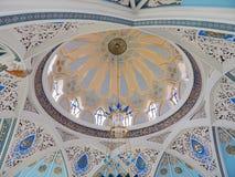 Decoratied потолок внутри мечети Kol Sharif в Казани Кремле в республике Татарстане в России Стоковое Фото