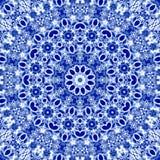 Decoratief abstract textielsneeuwvlokornament in Russische traditionele blauwe kleuren van gzhel met effect van borduurwerkrichel Royalty-vrije Stock Foto's