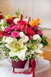 Decoratief boeket van verschillende kleuren voor een gift en een decoratie van plechtige gebeurtenissen Verkoop van verse bloemen Stock Foto