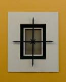 Decoratief element bij een huisvenster in Cascais, Portugal stock afbeeldingen