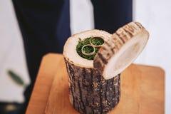 Decoratief element voor het huwelijk Kist voor trouwringen van een natuurlijke stomp Stock Fotografie