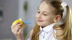 Decoratief fruitvoedsel en close-up van het gezicht van het meisje stock footage
