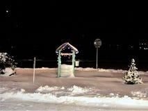 Decoratief goed is verfraaid met een kleurenslinger, vonkt met een rij de de winterweg, een kleine spar in sneeuw, koude stock foto's