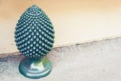 Decoratief groen ceramisch beeldje dichtbij ingang van de herinneringswinkel in Taormina, Sicilië, Italië stock fotografie