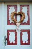 Decoratief hart op de voordeurliefde, de Dag van Valentine ` s, Febru Stock Afbeelding