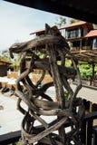 Decoratief houten kunstvoorwerp in manierkoffie op achtergrondhuizen en pool Stock Afbeeldingen