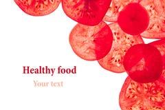 Decoratief kader van plakken van tomaten op een witte achtergrond Geïsoleerde Tomaten gesneden cirkels Kader, grens van groenten Stock Foto