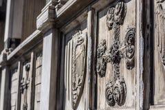 Decoratief kruis - architecturaal detail op voorgevel van basiliek Stock Foto's