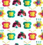 Decoratief naadloos patroon met insecten en bloemenachtergrond met onzelieveheersbeestjes, bloemen en vlinders Royalty-vrije Stock Foto's