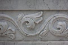 Decoratief patroon op een marmeren plak, achtergrond, textuur Fonteinarchitectuur Stock Afbeelding