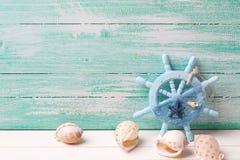 Decoratief roer en mariene punten op turkooise houten achtergrond Stock Foto