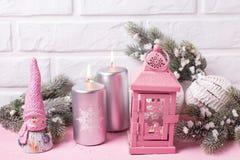 Decoratief stuk speelgoed elf, zilveren kaarsen, de boom van het takkenbont en ballen Royalty-vrije Stock Foto's