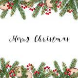 Decoratief traditioneel Vrolijk Kerstmiskader, grens Spar, nette groene die takken met rode bessen wordt verfraaid en droge appel Royalty-vrije Stock Afbeelding