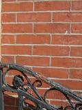 Decoratief traliewerk, bakstenen muur Stock Foto