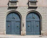 Decoratief venster van een historische woning Houten deuren van een luxegebouw stock fotografie