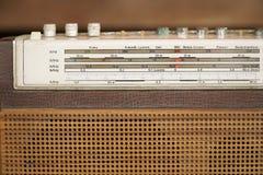 Decoratief voorpaneel van een oude radio, close-up Stock Foto