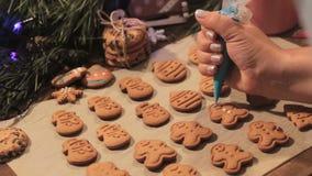 Decoratieproces van Kerstmisbakkerij stock videobeelden