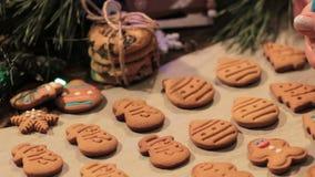 Decoratieproces van Kerstmisbakkerij stock footage