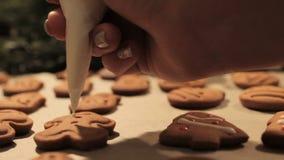 Decoratieproces van Kerstmiskoekjes stock footage