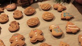 Decoratieproces van Kerstmiskoekjes stock video