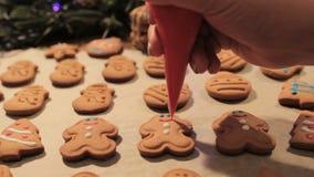 Decoratieproces van Kerstmiskoekjes stock videobeelden