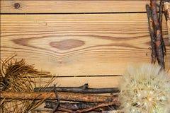 Decoratiesamenstelling op houten achtergrond raad gevoerd gemaakt o Stock Foto