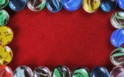 Decoratiestenen op rode fluweelachtergrond Stock Fotografie