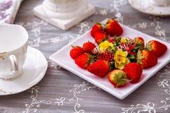 Decoratieve aardbeien en koppen Theeinstallatie Royalty-vrije Stock Afbeeldingen