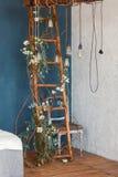 Decoratieve antieke de stijl gloeilampen van Edison tegen houten ladderachtergrond lichten op de achtergrond van blauwe muur royalty-vrije stock fotografie