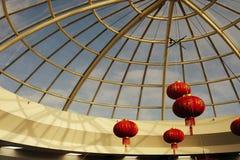 Decoratieve Aziatische stijl rode lampen in een grote architectuur stock fotografie