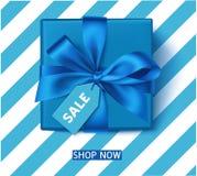 Decoratieve blauwe giftdoos met blauwe boog en verkoopmarkering De wintervakantie of van de Vader` s Dag decoratie Vector illustr Stock Foto