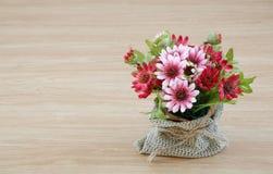 Decoratieve bloem op houten bureau Stock Afbeeldingen