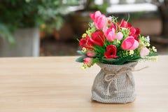 Decoratieve bloem op houten bureau Stock Foto's