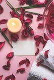 Decoratieve bloemen, welriekend mengsel van gedroogde bloemen en kruiden, handdoeken en kaars op roze backgro stock afbeeldingen
