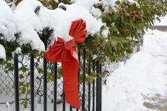 Decoratieve bowtie van het Kerstmis rode lint in zware sneeuw Stock Fotografie