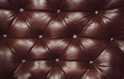 Decoratieve bruine achtergrond van echt leer Decoratieve achtergrond van de echte textuur van leercapitone Royalty-vrije Stock Afbeelding