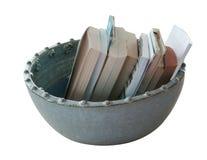 Decoratieve ceramische die vaas met boeken op wit worden geïsoleerd stock foto