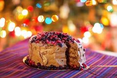decoratieve Chocoladecake die worden gesneden royalty-vrije stock afbeelding