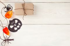 Decoratieve de slinger en de ambacht goft dozen van Halloween Halloween-decoratie Vlak leg, hoogste mening het in vakantieconcept stock fotografie