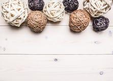 Decoratieve die ballen van op een rij gevoerde rotan worden gemaakt, binnenlandse grens, plaatstekst op houten hoogste mening rus Royalty-vrije Stock Fotografie