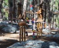 Decoratieve die decoratie door de deelnemerswederopbouw van het leven van de Vikingen - ` Viking Village ` in het bos dichtbij Be Stock Foto