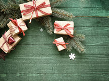 Decoratieve die Kerstmisgiften met rood lint worden gebonden Stock Afbeeldingen