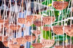Decoratieve die lampen of installatiepot van kokosnotenshell wordt gesneden Royalty-vrije Stock Fotografie