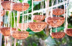 Decoratieve die lampen of installatiepot van kokosnotenshell wordt gesneden Stock Fotografie